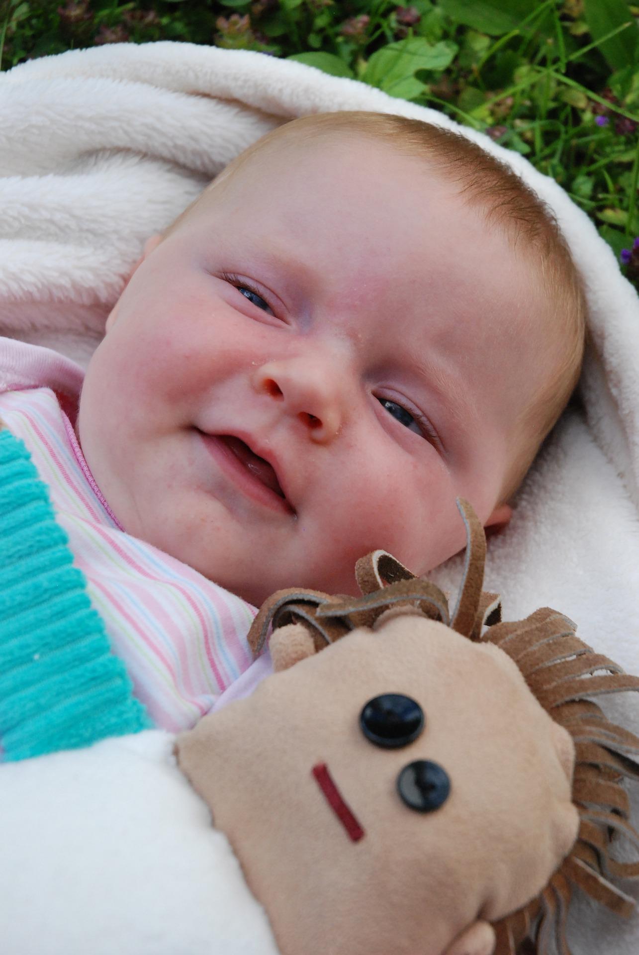 Baby mit Spielzeug ablenken um Nase zu saugen